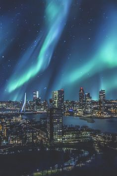 Aurora Borealis over skyline Rotterdam, Netherlands / (Monster Graphics) |ikwt