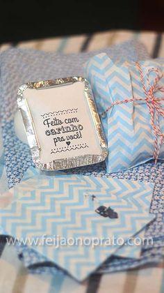 na marmita ou comidinhas para presentear marmitamarmita Brownie Packaging, Cake Packaging, Packaging Design, Shirt Packaging, Coffee Gift Baskets, Food Business Ideas, Diy Stuffed Animals, Diy Birthday, Baby Decor