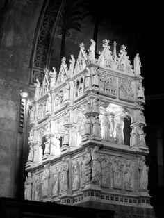 Arca di Sant'Agostino nella chiesa di San Pietro in Ciel d'oro a Pavia... The tomb of St. Augustine