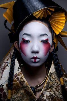 Akiomi Kuroda Fashion Geisha Leinwand - 37 x 49 - Japanese monsters - Makeup Geisha Make-up, Geisha Kunst, Arte Fashion, Editorial Fashion, Dress Fashion, Editorial Hair, Fotografie Portraits, Portrait Photography, 3d Character