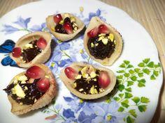 Paste Cochilie Cu Magiun De Prune / Shell Pasta With Plum Jam https://vegansavor.wordpress.com/2015/07/28/paste-cochilie-cu-magiun-de-prune-shell-pasta-with-plum-jam/ #Topoloveni #plum #jam #vegan #pomegranate #pistachio #sweets