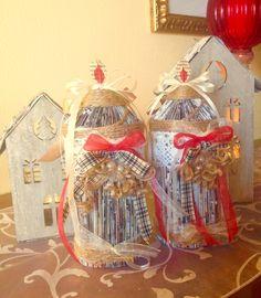 Artista Monica Bonaventura. Candele per addobbi natalizi realizzate con cataloghi di arredamento e abbellite con materiale di recupero.