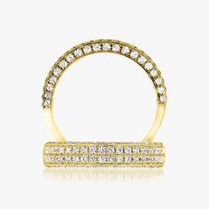 La très jolie alliance Keina en or jaune sertie de diamants. Elle est composée de 2 rangs sur le dessus et 1 rang de chaque côté. http://www.zeina-alliances.com/alliance-or-et-diamant/434-keina.html