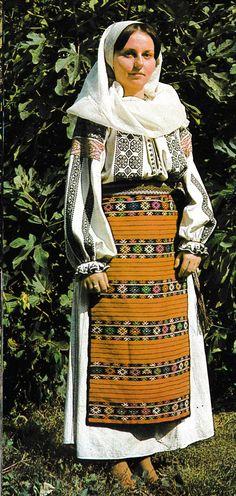 Румыния. Из сокровищницы традиционного народного костюма Folk Embroidery, Learn Embroidery, Embroidery For Beginners, Embroidery Techniques, Embroidery Designs, Ethnic Fashion, Fashion Art, Folk Costume, Costumes