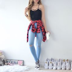 Blusa preta + calça jeans clara + blusa xadrez + tenis