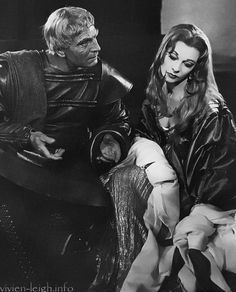 Laurence Olivier as Titus Andronicus and Vivien Leigh as Lavinia in a 1957 production of Shakespeare's Titus Andronicus. Shakespeare And Company, Shakespeare Plays, William Shakespeare, Lawrence Olivier, Rhett Butler, Scarlett O'hara, Vivien Leigh, British Actresses, British Actors