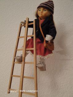 Puppe. Kopf aus Ton modelliert, Form abgenommen und ausgeschäumt. Körper und Kleidung genäht, Perücke mit Echthaar geknüpft.  Little Puppet I made by myself.