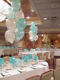 Mesas con bouquets de globos metalizados.