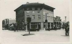 1950'LİYILLARIN HEMEN BAŞLARI. KÖPRÜBAŞI KAVŞAĞI VE VEHBİ KOÇ'UN ESKİŞEHİR'DE AÇTIĞI İLK MAĞAZASI. PORSUK TİCARET. BİNANIN ÜST KATLARI İŞHANI OLARAK KULLANILMAKTA İDİ. Istanbul, Nostalgia, Street View