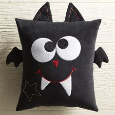 Halloween Decor and Crafts - Pier Scary Friends Bat Pillow Halloween Quilts, Halloween Sewing, Halloween Pillows, Halloween Projects, Halloween Labels, Holidays Halloween, Halloween Decorations, Fall Crafts, Holiday Crafts
