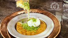 Künefeist eine herrlich ausgewogene Kombination aus knusprig, cremig,butterigund süß. In türkischen Restaurants wird dieses Dessert portionsweise in kleinen,
