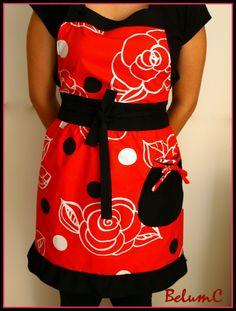 Delantal en raso de algodón estampado en rojo y negro