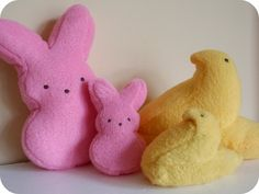 Diy cat toys / peeps My kitty cats got their Easter treats early this year. Easter treats for cats, you say? Yep, they got their own bite-sized versions of . Homemade Cat Toys, Diy Cat Toys, Easter Cats, Diy Easter Toys, Marshmallow Peeps, Plush Pattern, Easter Crochet, Felt Cat, Animal Projects