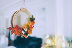 DIY // Couronne de Noël à partir d'un cercle à broder, tulle, et feuilles d'automne. Création Vanessa Pouzet  #DIY #noel #christmas #diynoel #couronne #fox Noel Christmas, Creations, Tulle, Diy, Wreaths, Handmade, Home Decor, Bricolage, Leaves