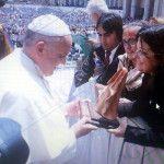 Natalia Ponferrada entrego una imagen de la Virgen del Valle al Papa Francisco