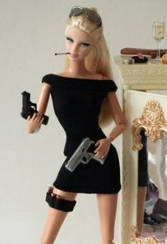 **snickers** 'Barbie' with a 'gun' (there is only one person that will understand why I laughed) Barbie Funny, Bad Barbie, Barbie Life, Barbie And Ken, Barbie Humor, Bratz Doll, Barbie Dolls, Barbie Friends, Cultura Pop