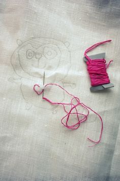 Ikuista lasten tekemät piirrustukset kirjomalla: Kiinnitä piirustus ikkunaan ja piirrä läpi kankaalle. Kirjo ääriviivoja pitkin ja liitä vaikka osaksi tilkkupeittoa tai koristeeksi muuhun käsityöhön,