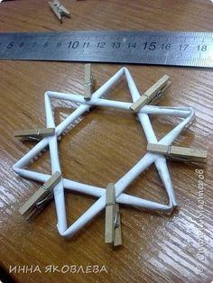 csillag Хочу напомнить стародавний способ изготовления звездочек путем обматывания.  Нам понадобится: -веревка (можно джутовая) -бумажные трубочки -клей -бусинки для украшения фото 3
