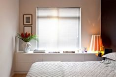 Casa Abril- viver-bem-em-espaco-pequeno#8- O desenh reto do aparad acompanha toda a lateral do quarto e, com apenas 40 cm de profundidade, garante área para lençóis e toalhas ou para guard sapato