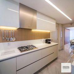 Cozinha com madeira e aço inox por Fernanda Marques @fernandamarquesarquiteta