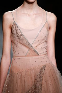 Valentino Fall 2016 Ready-to-Wear Collection Photos - Vogue Haute Couture Style, Couture Mode, Couture Fashion, Runway Fashion, Paris Fashion, Pink Fashion, Fashion Week, Fashion Show, Fashion Fashion