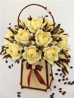 Paper flower basket, so elegant Candy Flowers, Crepe Paper Flowers, Diy Flowers, Flower Boxes, Flower Basket, Gift Bouquet, Candy Bouquet, Edible Bouquets, Floral Bouquets