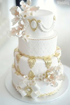 Have you considered a Marie-Antoinette theme for your wedding? Live the fairytale. Photography by: La V image See more at: http://www.elegantwedding.ca/