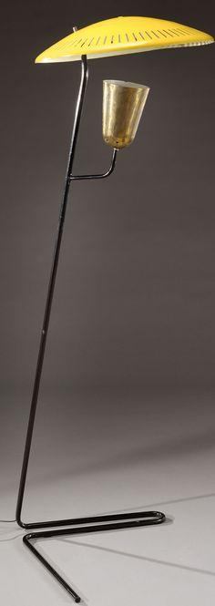 """MATHIEU MATEGOT (1910-2001) Lampadaire modèle """"Perfo-lux"""" à piétement tubulaire en métal laqué noir surmonté d'un cache-ampoule en métal doré et d'un réflecteur circulaire bombé articulé en métal laqué jaune. Vers 1953. H : 156 cm Diam : 58 cm"""