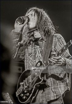 Foto di attualità : Neil Young performing on stage, Hammersmith...