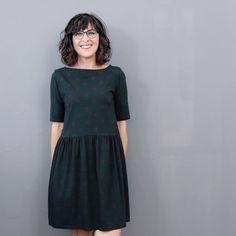 Shirt/Kleid mit leichtem U-Boot-Ausschnitt und Brustabnähern in drei Ärmellängen optionale Saumrüsche  FLOORA DRESS ist ein lässiges Shirt/Kleid, das aus weichfallenden, dehnbaren Jersey-Stoffen genäht wird und  durch formgebende Brustabnäher perfekt sitzt.  Floora Dress gibt es in den Größen 34 bis 52 und fällt den gängigen Größentabellen entsprechend aus. Crochet Flower Tutorial, Crochet Flowers, Capsule Wardrobe, Lila Lotta, Sewing Courses, Shirt Dress, Blouse, High Neck Dress, Short Sleeve Dresses