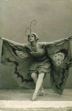 You gotta love a gal who's in touch with her inner butterfly. Halloween Kostüm, Vintage Halloween, Halloween Costumes, Ladies Night, Vintage Pictures, Vintage Images, Butterfly Costume, Vintage Fairies, Midsummer Nights Dream