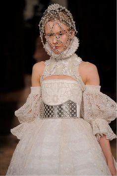 Sheer shakespear neckruffle | Sarah Burton Channels Elizabethan Fashion for Alexander McQueen Fall ...