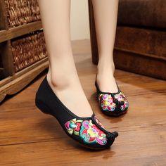 广场舞舞蹈鞋中国风戏曲鞋老北京绣花单低跟布鞋牛筋底舒适妈妈鞋