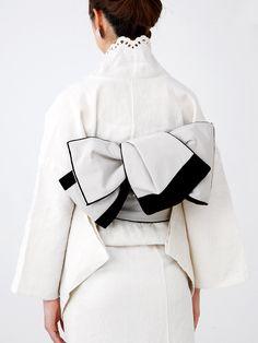 スノーフレーク 着物 ie, snowflake kimono by Double Maison, with [probably] a Hanhaba obi tied into a CHO musubi variation? Please see link for more photos of this coordination! Traditional Kimono, Traditional Outfits, Kimono Tradicional, Geisha, Furisode Kimono, Modern Kimono, Kimono Japan, Kimono Design, Japanese Costume