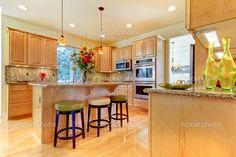 Cocina de madera de arce gran lujo con isla y taburetes. — Imagen de stock #7590831