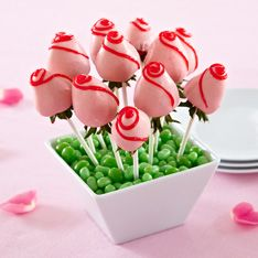 Chocolate-Dipped Strawberry Roses For Mother's day or Weddings Chocolate Dipped Strawberries, White Chocolate Chips, Party Deco, Edible Bouquets, Edible Flowers, Strawberry Roses, Pampered Chef Recipes, Almond Bark, Edible Arrangements