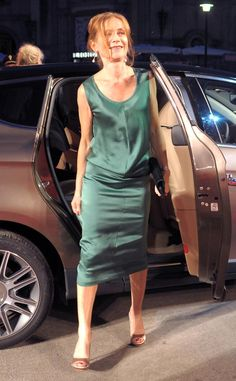 Isabelle Huppert Cocktail Dress - Isabelle Huppert went for easy sophistication at the 'White Material' premiere with a sleeveless teal dress. Isabelle Huppert, Michael Haneke, Stylish Older Women, Classy Outfits, Marie, Leather Skirt, Cocktails, Teal, Skirts