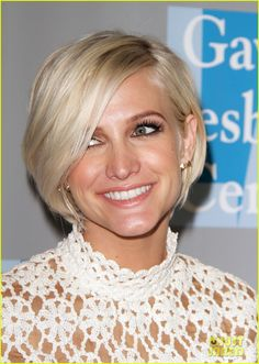 Ashlee Simpson: cropped blonde bob with a deep side part