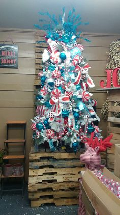 🌟Tante S!fr@ loves this📌🌟Red and teal colorful Christmas tree. Christmas Tree Colour Scheme, Teal Christmas Tree, Turquoise Christmas, Silver Christmas Decorations, Christmas Tree Themes, Christmas Mood, Holiday Tree, Bouquet, Diy