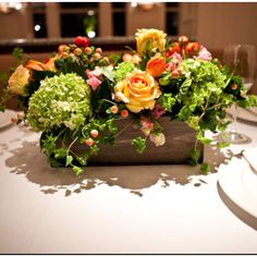 In a wine crate - foyer Wooden Box Centerpiece, Flower Centerpieces, Wedding Centerpieces, Centrepieces, Centerpiece Decorations, Fresh Flowers, Beautiful Flowers, Orange Rosen, Silk Arrangements
