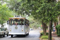 Heading to Savannah for two, three or even four days? Use this ultimate weekend itinerary as your guide to eating, drinking and exploring the Georgian city. Savannah Tours, Savannah Historic District, Visit Savannah, Savannah Chat, Savannah Georgia Beach, Georgia Beaches, Tybee Island Georgia, East Coast Road Trip, Us Road Trip