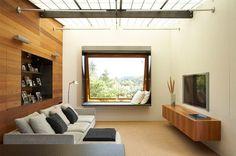 É inegável o tom de modernidade que uma TV na parede traz para a sala. Sem contar que, se sua sala é pequena, você ganha um espaço precioso e o seu móvel f