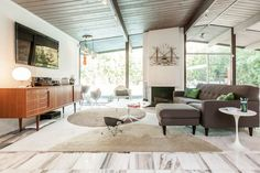 The Dream of the Is Alive in Concord's Eichler Enclave - House Calls - Curbed SF Mid Century Living Room, Mid Century Decor, Mid Century House, Mid Century Ranch, Modern Farmhouse Interiors, Mcm Furniture, Tiny House Cabin, Mid Century Modern Design, Living Spaces