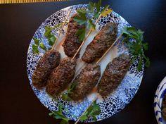 Hjortfärsjärpar, krämig tzatsiki och varm blomkålssallad | Tjockkocken - port)  600 g hjortfärs (går givetvis byta mot älg/vildsvin/nöt/lamm-färs)  2 tsk sambalolek (ta lite till om ni vill ha extra sting)  2-3 vitlöksklyftor  50 g finhackad persilja (ca 2 nävar)  1 ägg  1 liten gul lök  Salt, peppar  Smör till stekning