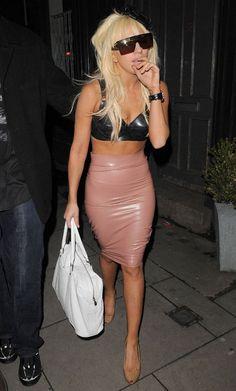 A Lady Gaga se veste mal ou cria moda? Bom, isso eu vou deixar para as mulheres fazerem avaliações. Veja os 20 looks mais bizarros da Lady Gaga (até agora)