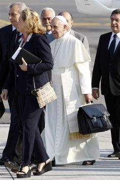 World Youth Day 2013: Head of State Pope Francis Carries Own Luggage Bag, Falls in Line, Waits For Turn to Board Aircraft (PHOTOS)