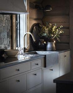 Un canapé jaune fait la différence dans un chalet en Norvège - PLANETE DECO a homes world Dark Interiors, Cottage Interiors, Beautiful Interiors, Cabin Kitchens, Cool Kitchens, Cabin Homes, Log Homes, Küchen Design, Interior Design