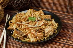 Chicken chow mein a popular chinese food noodle dish you can make at home and skip the delivery. Instant Pot or Slow Cooker friendly. Chinese Recipe For Kids, Easy Chinese Recipes, Asian Recipes, Healthy Recipes, Ethnic Recipes, Fast Recipes, Chow Mein Receta, Popular Chinese Food, Panda Express Chow Mein