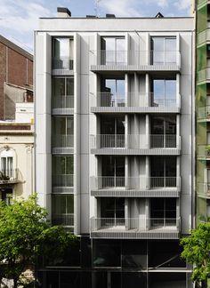 Viviendas C/ Arizala, Barcelona   AVA Studio   2014  # Entre medianeras # Fachada # Huecos  [pdf]