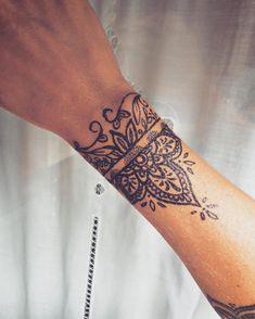 Wrist and bracelet tattoos for women & men - page 1 .-Handgelenk und Armband T. - Wrist and bracelet tattoos for women & men – page 1 …-Handgelenk und Armband Tattoos für Fraue - Bracelet Tattoos For Women, Wrist Tattoos For Guys, Tattoo Bracelet, Cool Tattoos For Guys, Small Wrist Tattoos, Bracelet Men, Wrist Tattoos Women, Unique Forearm Tattoos, Tattoos For Kids